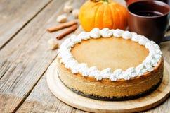 Dyniowy cheesecake dekorujący z batożącą śmietanką zdjęcie stock