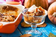 Dyniowy chlebowy pudding nakrywający z batożącą śmietanką Zdjęcie Royalty Free