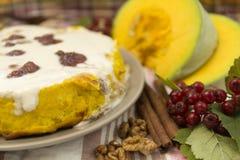 Dyniowy domowej roboty cheesecake z białą śmietanką życie ciągle jesieni Dziękczynienie dnia jedzenie Zdjęcie Royalty Free