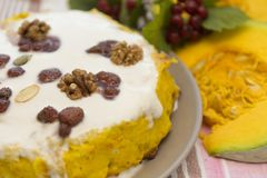 Dyniowy domowej roboty cheesecake z białą śmietanką życie ciągle jesieni Dziękczynienie dnia jedzenie Fotografia Stock