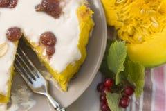 Dyniowy domowej roboty cheesecake z białą śmietanką życie ciągle jesieni Dziękczynienie dnia jedzenie Obrazy Royalty Free