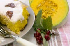 Dyniowy domowej roboty cheesecake z białą śmietanką życie ciągle jesieni Dziękczynienie dnia jedzenie Zdjęcia Royalty Free