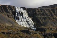 Dynjandi som namnges också Fjalfoss Majestätisk vattenfall i den västra fjen Arkivbild