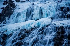 Dynjandi vattenfall i vinter, Island royaltyfria bilder