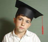 Dyplom kończy studia małej studenckiej chłopiec obrazy stock