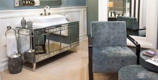 Dyr badrumvask och spegelförsett kabinett Royaltyfri Fotografi