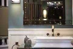 Dyr badrumvask och spegelförsett kabinett Arkivfoton