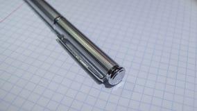 Dyr och härlig skinande metallisk penna på dokument royaltyfri bild