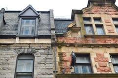 Dyra gamla hus med enorma fönster i Montreal Royaltyfria Foton