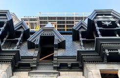 Dyra gamla hus med enorma fönster i Montreal Arkivfoton