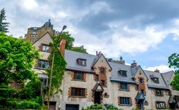 Dyra gamla hus med enorma fönster i i stadens centrum Montreal Royaltyfri Foto