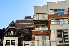 Dyra gamla och nya hus med enorma fönster Arkivbilder