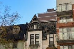 Dyra gamla och nya hus med enorma fönster Arkivbild