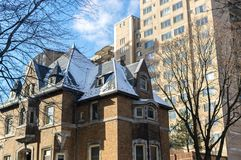 Dyra gamla och nya hus med enorma fönster i Montreal Royaltyfria Bilder
