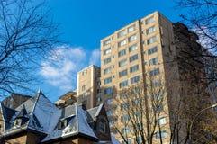 Dyra gamla och nya hus med enorma fönster i i stadens centrum Montreal Royaltyfria Foton