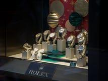 Dyra lyxiga Rolex klockor på skärm i ett lagerfönster i London royaltyfria foton