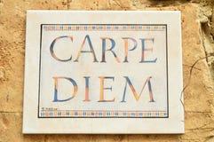 Dyrbar keramisk platta av carpe diem in Medinaceli royaltyfri foto