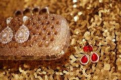 Dyrbart ädelstenmodeörhänge med diamanter och rubinädelstenar på sequ Royaltyfria Bilder