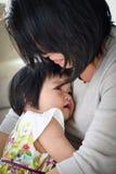 Dyrbart moderdotterögonblick av att älska omfamning Fotografering för Bildbyråer