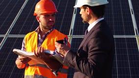 Dyrektor i pracownik komunikuje dyskutujący aspekt technicznego zdjęcie wideo