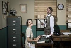 Dyrektor i sekretarka pracuje wpólnie w biurze Obrazy Royalty Free