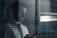 Dyrektor trzyma smartphone Obraz Stock