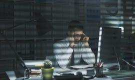 Dyrektor wykonawczy pracuje póżno przy nocą Obraz Royalty Free