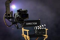 Dyrektora siedzenie na secie z kamera wideo fotografia stock