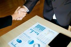 Dyrektora wykonawczego handshaking zgody projekta transakcja przy biurem fotografia stock
