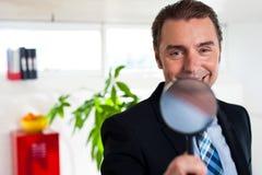 Dyrektora wykonawczy mienia powiększać - szkło Obraz Stock