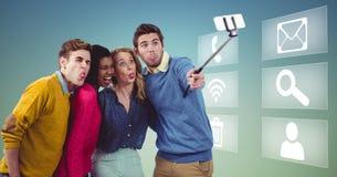 Dyrektory wykonawczy bierze selfie na telefonie komórkowym Fotografia Royalty Free