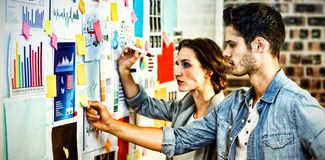 Dyrektory wykonawczy stawia kleiste notatki na whiteboard zdjęcie royalty free