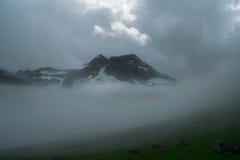 Dyrfjoll-Berg bedeckt im Nebel und im Nebel, Island stockfotos