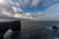 Dyrholaey地区在冰岛 接近黑沙子海滩 日出 海洋晃动通知 免版税库存图片