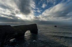 Dyrholaey地区在冰岛 接近黑沙子海滩 日出 海洋晃动通知 图库摄影