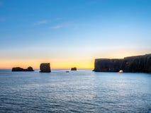 Dyrholaey båge med hålet i afton av Island Arkivbild