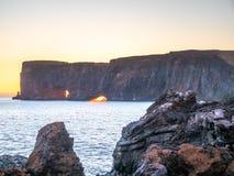 Dyrholaey båge med hålet i afton av Island Arkivbilder