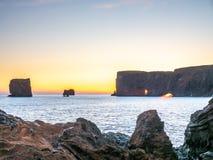Dyrholaey båge med hålet i afton av Island Arkivfoton
