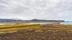 Dyrholaey halvö och vulkanisk strand i Island Fotografering för Bildbyråer