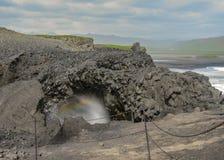 Dyrholaey-Klippen und Regenbogen, Süd-Island, Europa stockbild