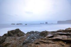 Dyrholaey mit Nd-Filter-Effekt, Felsenküste - Island lizenzfreie stockfotografie