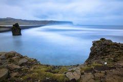 Dyrholaey mit Nd-Filter-Effekt, Felsenküste - Island lizenzfreies stockfoto