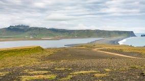 Dyrholaey udde och svart strand i Island Fotografering för Bildbyråer