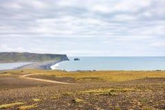 Dyrholaey udde och vulkanisk strand i Island Fotografering för Bildbyråer