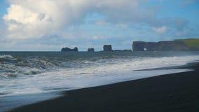 Dyrholaey vulkanisk strand på sydkusten av Island arkivfilmer