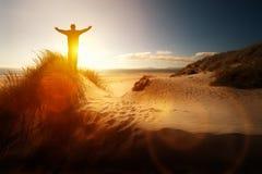 Dyrkan och beröm på en strand Arkivbilder