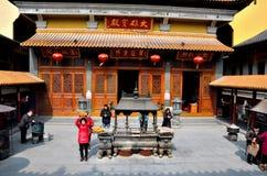 Dyrkare i urnaborggård av den kinesiska templet Shanghai Kina Royaltyfria Bilder