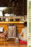 Dyrkare på den buddistiska templet Royaltyfri Bild