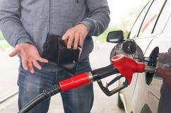 dyrt bränsle Inte nog pengar för bensin arkivbild