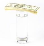 Dyrt exponeringsglas av vatten och dollar Arkivbilder